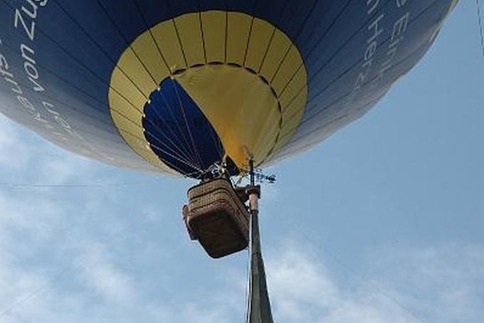 Balón na špičce kostela