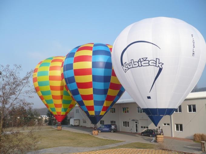 balóny před továrnou